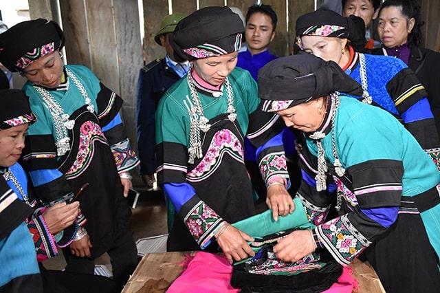 trang phục dân tộc bố y (3)